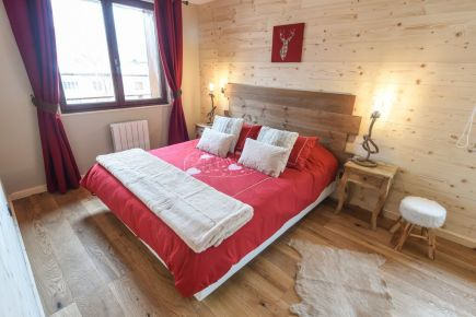 Chalet Le Hibou, double bed with red sheets