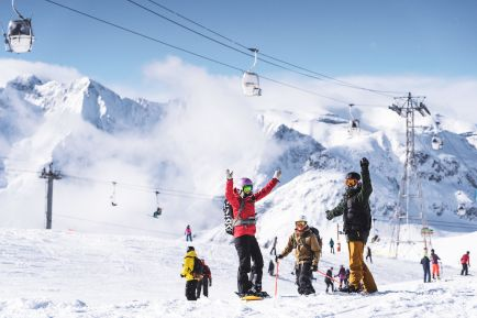 Solo skiers and snowboarders chilling out in Les Deux Alpes